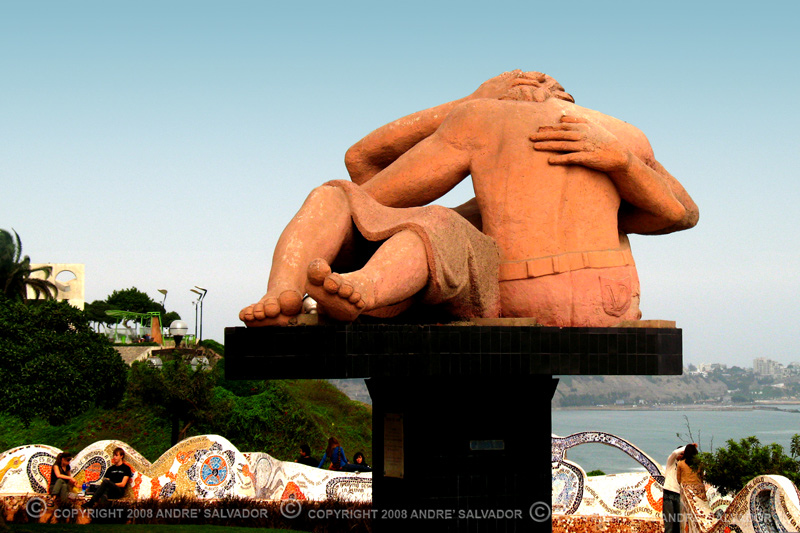 """El Beso"" (The Kiss) sculpture, by Victor Delfin."